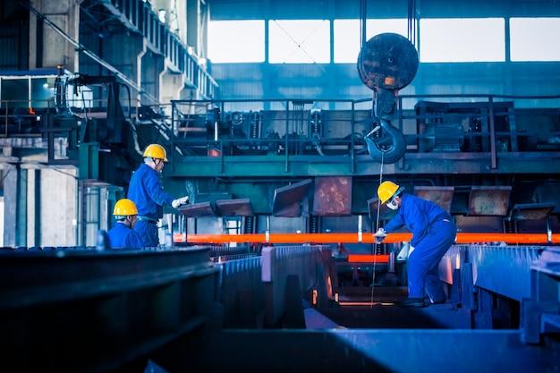 Vista interna di una fabbrica di acciaio Foto Gratuite
