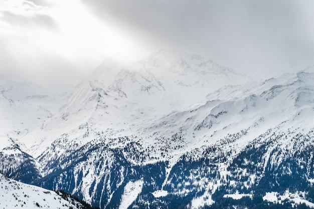 Vista invernale sulla valle nelle alpi svizzere, verbier, svizzera Foto Premium