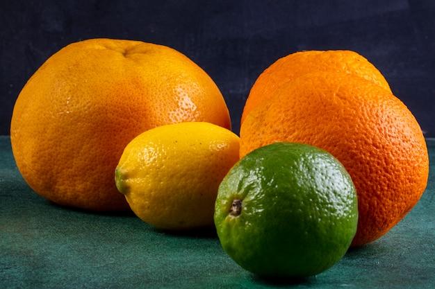 Vista laterale arance con pompelmo e lime con limone Foto Gratuite