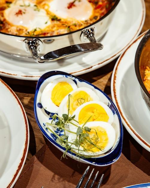 Vista laterale degli uova sode in una ciotola sul tavolo Foto Gratuite