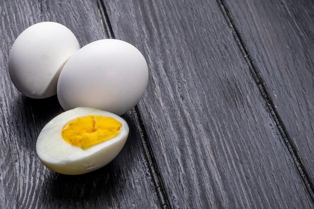 Vista laterale degli uova sode su rustico di legno Foto Gratuite