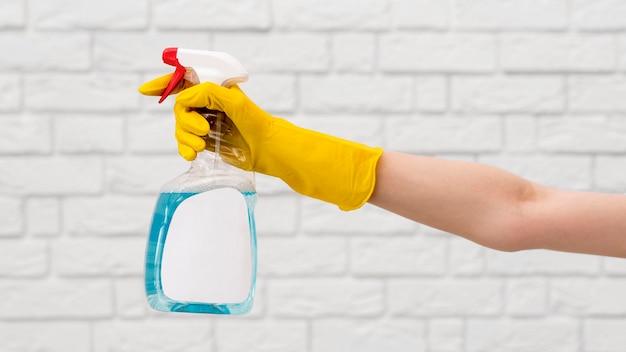 Vista laterale del braccio con soluzione detergente foratura guanto Foto Gratuite