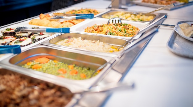 Vista laterale del buffet Foto Premium