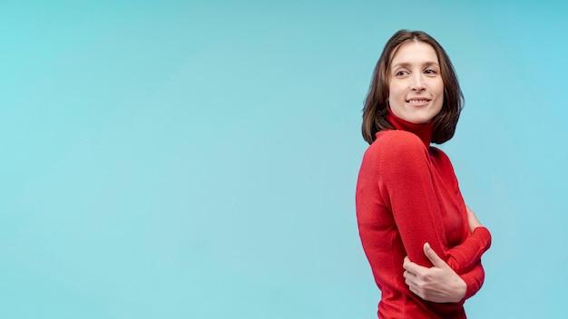 Vista laterale della donna affascinante che posa con lo spazio della copia Foto Gratuite