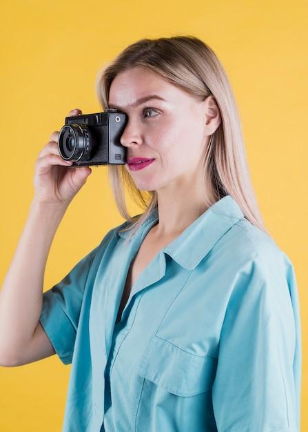 Vista laterale della donna che cattura foto Foto Gratuite