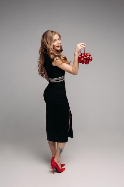 Vista laterale della donna sexy che tiene ornamento disponibile Foto Premium
