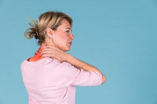 Vista laterale di una donna che ha dolore al collo severo Foto Gratuite