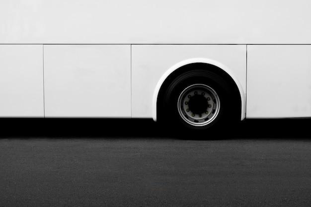 Vista laterale di una ruota di autobus bianca su una strada asfaltata. Foto Premium