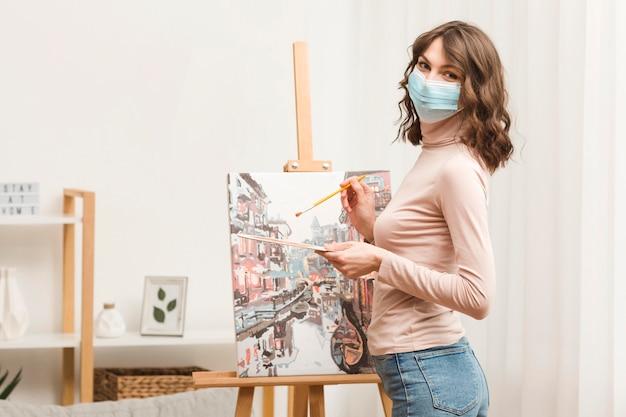 Vista laterale donna dipinto Foto Gratuite