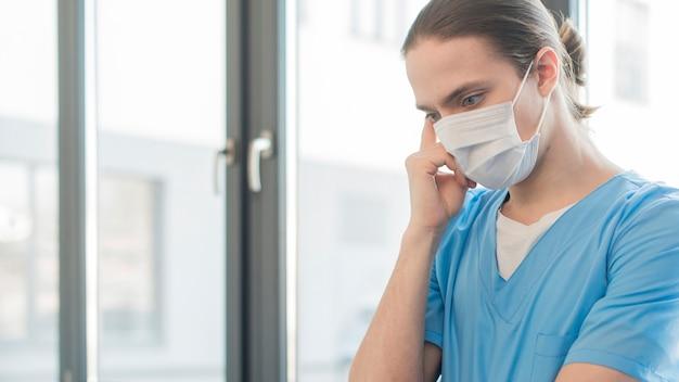 Vista laterale uomo infermiera Foto Gratuite