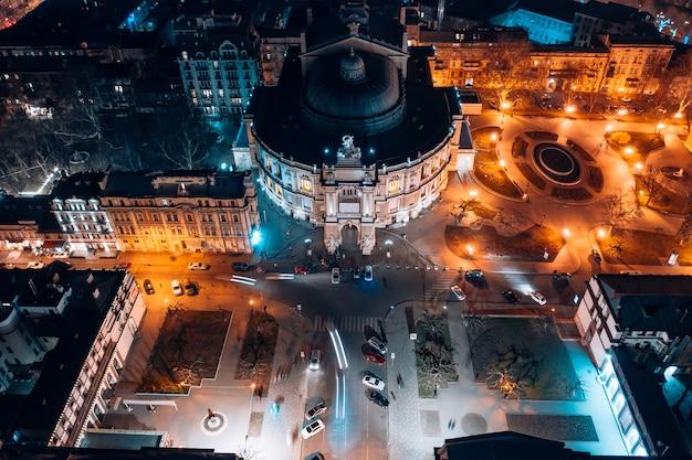 Vista notturna del teatro dell'opera di odessa Foto Gratuite