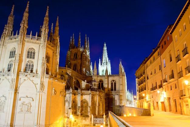 Vista notturna della cattedrale di burgos Foto Premium