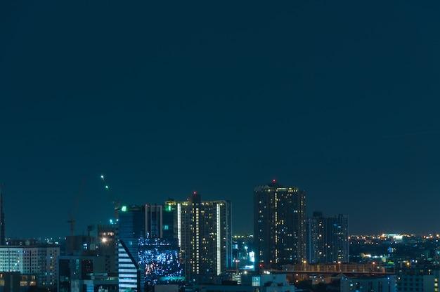 Vista notturna di bangkok con il grattacielo Foto Premium