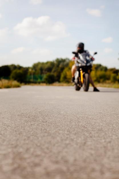 Vista offuscata del motociclista sulla strada Foto Gratuite