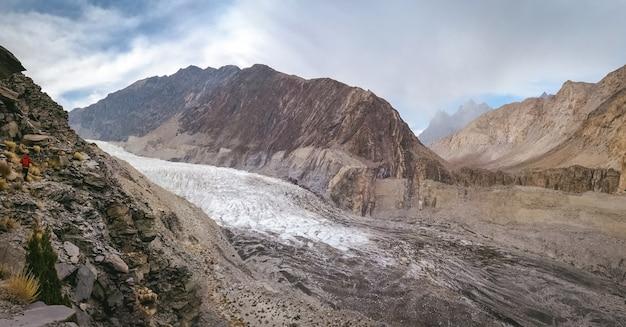 Vista panoramica del ghiacciaio passu bianco e morena glaciale, circondato da montagne nella catena del karakorum. Foto Premium