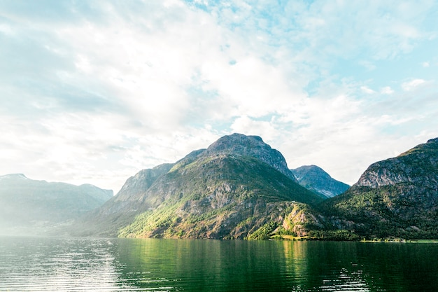 Vista panoramica del lago idilliaco con la montagna Foto Gratuite