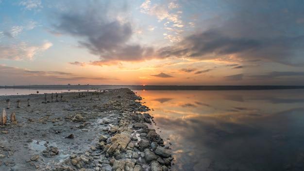 Vista panoramica del lago salato al tramonto Foto Premium