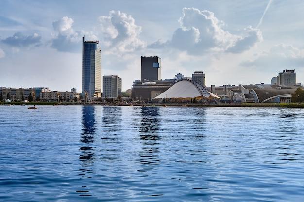Vista panoramica della città dietro il fiume Foto Premium