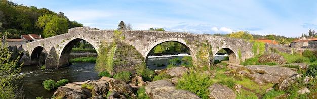 Vista panoramica di ponte maceira e del suo vecchio ponte di pietra Foto Premium