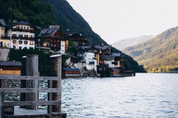 Vista panoramica sul lago e sulle montagne Foto Gratuite