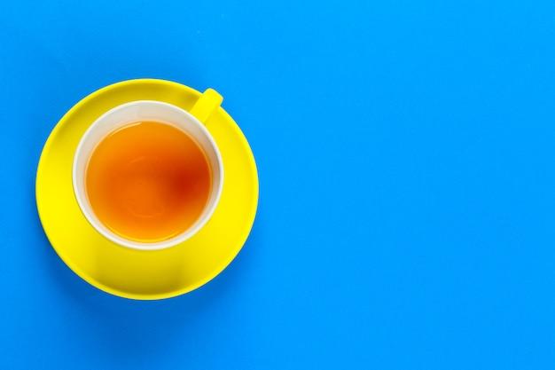 Vista piana laici caffè o tazza di tè sul colore di sfondo Foto Premium