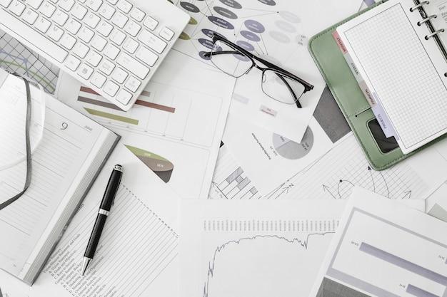 Vista piana laici superiore di lavoro posto scrivania da ufficio con occhiali da vista Foto Premium
