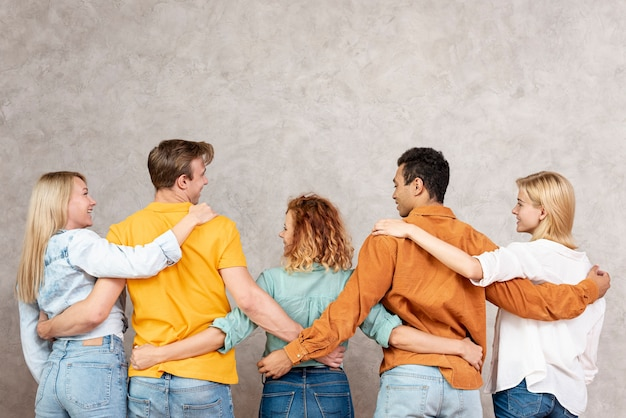 Vista posteriore amici che si abbracciano e si guardano Foto Gratuite