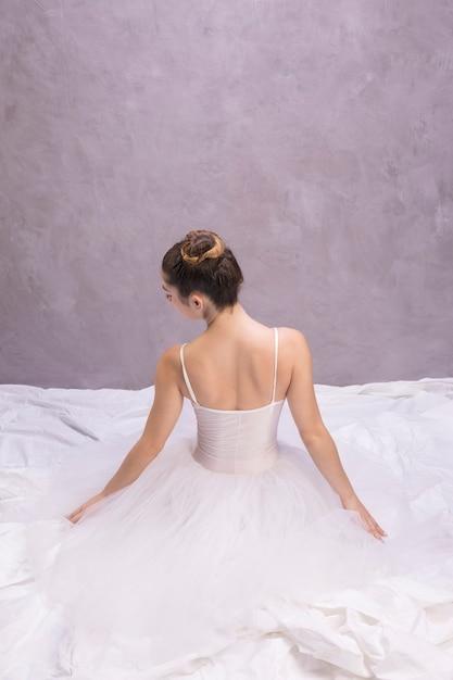 Vista posteriore ballerina seduta Foto Gratuite