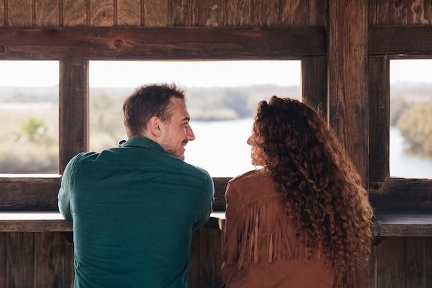 Vista posteriore coppia all'interno di un rifugio Foto Gratuite