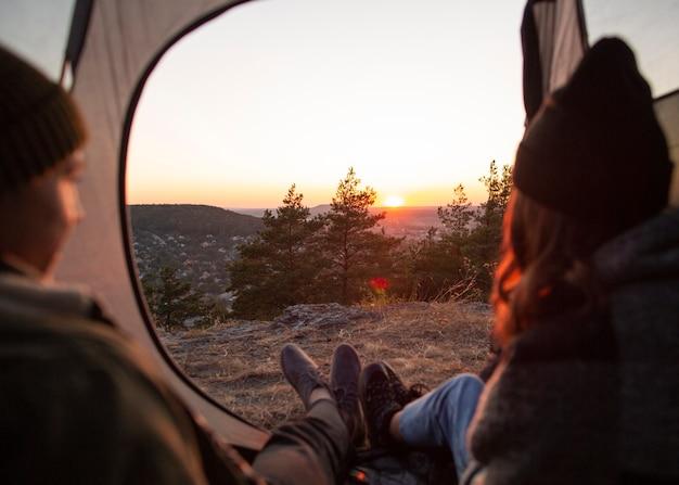 Vista posteriore coppia godendo l'alba Foto Gratuite