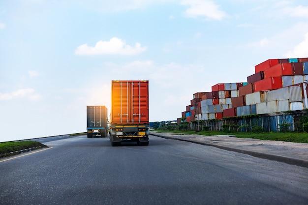Vista posteriore del camion rosso del contenitore nella logistica del porto marittimo Foto Premium