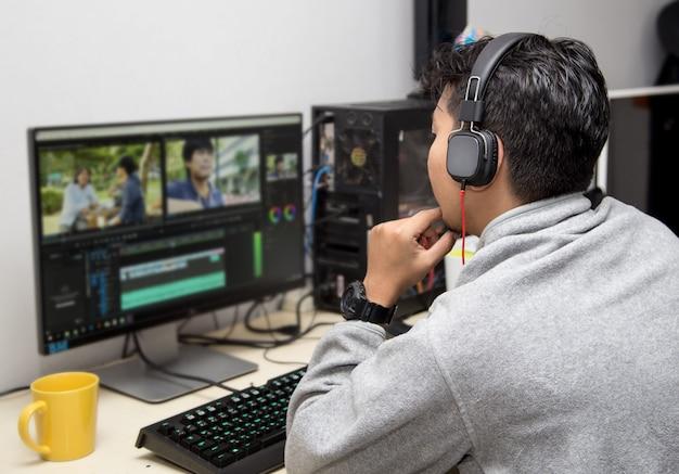Vista posteriore dell'editor video tramite computer Foto Premium