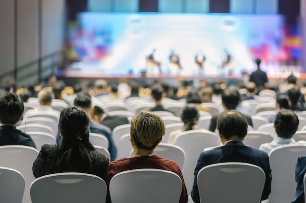 Vista posteriore dell'udienza del pubblico altoparlanti sul palco nella sala delle conferenze Foto Premium