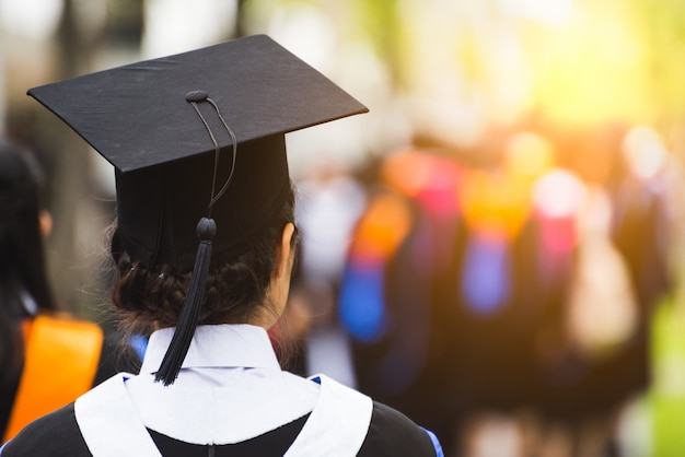 Vista posteriore di laureati durante l'inizio. Foto Premium
