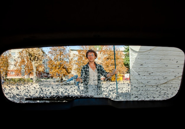 Vista posteriore di lavaggio auto uomo Foto Gratuite