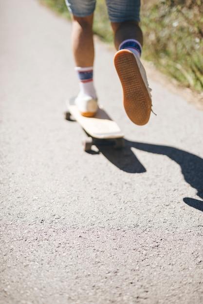 Vista posteriore di ragazzo skateboard Foto Gratuite