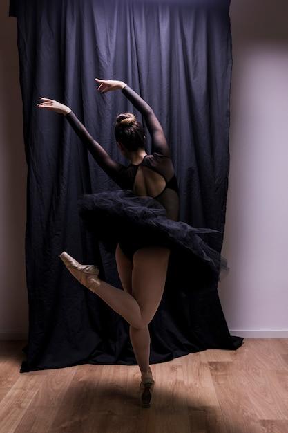 Vista posteriore giovane esibizione ballerina Foto Gratuite