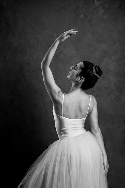 Vista posteriore postura di balletto in scala di grigi Foto Gratuite