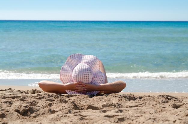 Vista Sul Cappello Del Sole Sulla Testa Della Ragazza E Le Sue