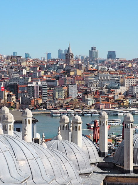 Vista sul corno d'oro o sullo stretto del bosforo della città di istanbul con la torre di galata. Foto Premium