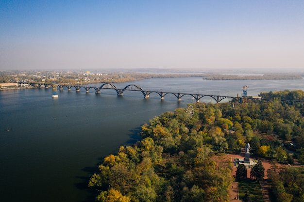 Vista sul fiume dnepr a kiev. vista aerea del drone. Foto Gratuite