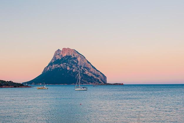 Vista sul mare con barche Foto Premium