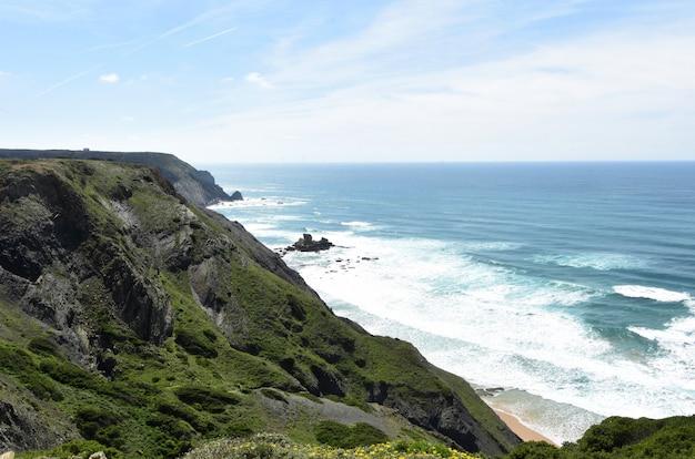 Vista sul mare dal punto di vista di castelejo (foto indirizzo spiaggia di castelejo), vila do bispo, algarve, portogallo Foto Premium