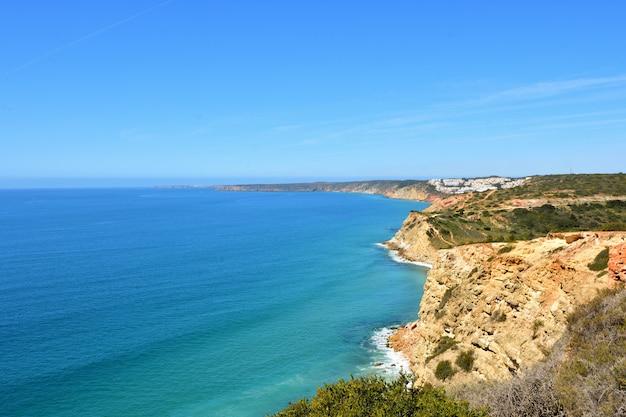 Vista sul mare della fortezza almadena o boca del rio, algarve, portogallo Foto Premium