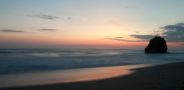 Vista sul mare lungo la costa di mal pais a san jose costa rica Foto Premium