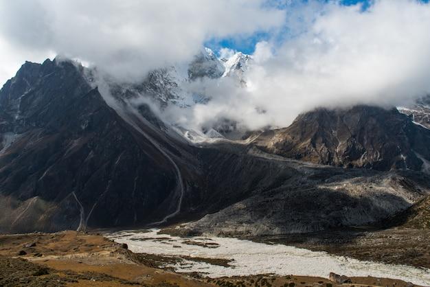 Vista sull'alta montagna sulla strada da dingboche a lobuche sull'itinerario del campo base dell'everest Foto Premium