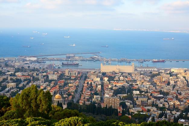 Vista sulla città di hifa e sul mar mediterraneo dall'alto Foto Premium
