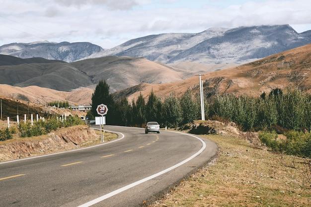 Vista sulle montagne con la strada nella contea di daocheng Foto Premium