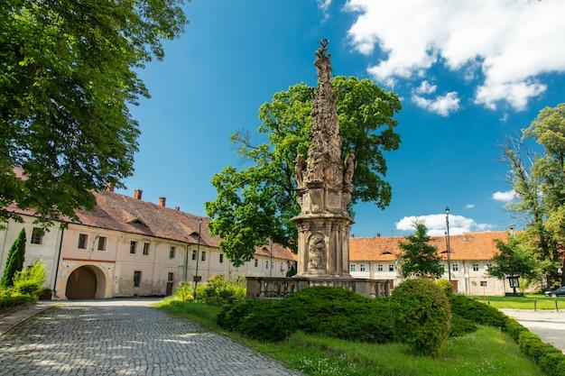Vista sulle vecchie case nell'abbazia di henrykow nella bassa slesia, polonia Foto Premium