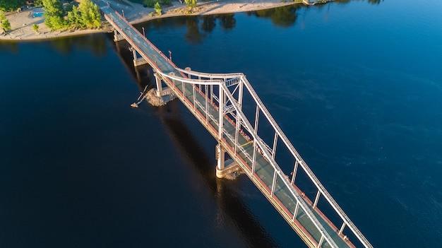 Vista superiore aerea del ponte del parco pedonale e del fiume dnieper da sopra, città di kiev, ucraina Foto Premium